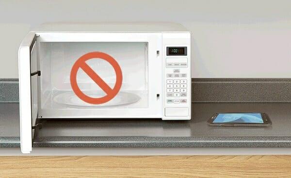 no secar el celular dentro del microondas