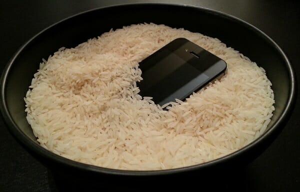 si el celular cae al agua cubrirlo con arroz