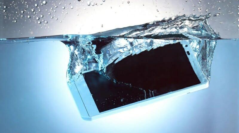 que hacer cuando el celular cae al agua