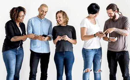 +300-nombres-originales-para-grupos-de-WhatsApp amigos-revisando-sus-celulares