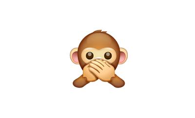 Carita de mono tapándose la boca