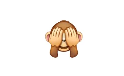Carita de mono tapándose los ojos