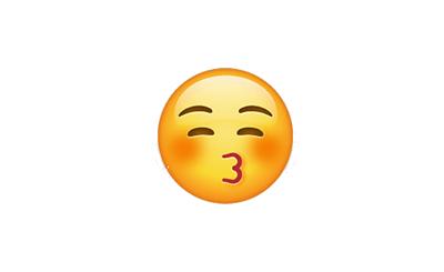 Carita sonrojada lanzando un beso con los ojos cerrados